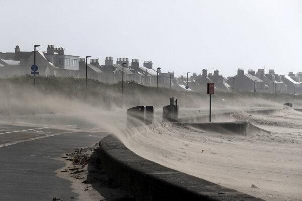 Prudká búrka na Britských ostrovoch usmrtila dvoch ľudí