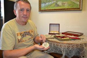 Martin Kundrát s fosíliami.