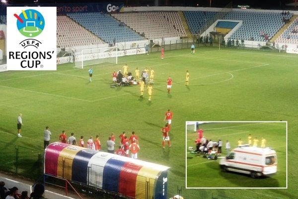 Vo včerajšom zápase Rumunska s Anglickom sa štvrťhodinu nehralo, futbalistu z Ostrovov odvážala sanitka priamo z ihriska.