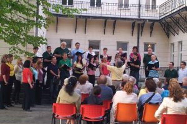 Koncert zboru na nádvorí Literárneho múzea SNK v Martine.