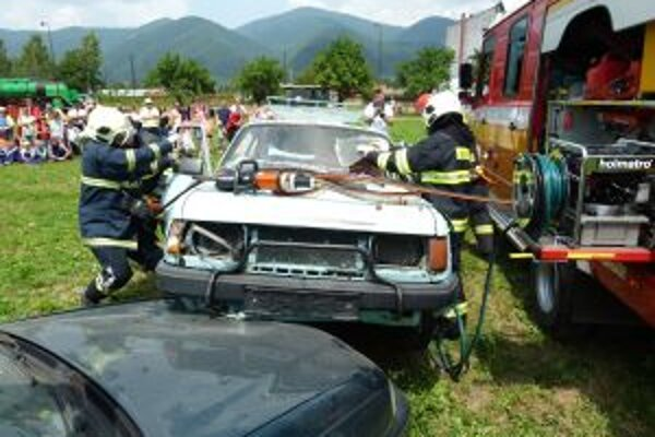 Ukážka vyprostenia z havarovaného vozidla.