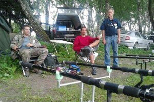 Rybári striehnu na svoj úlovok.