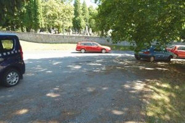 Na parkovisku pred Národným cintorínom parkujú pracujúci Martinčania.