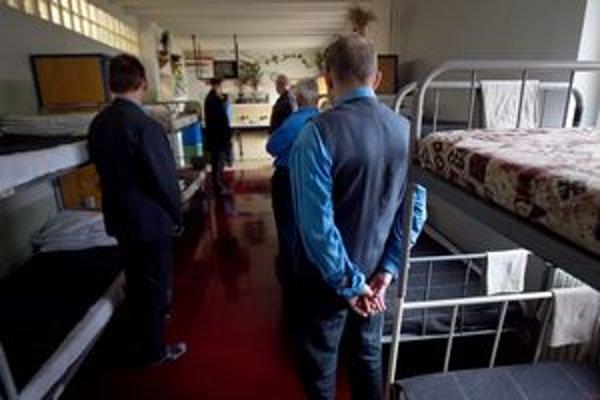 V jednej izbe žije až 28 väzňov.