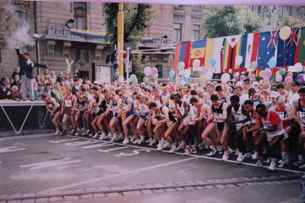 Štefan Hrušovský (vľavo) nad hlavami bežcov. Takto odštartoval MMM vroku 1996.