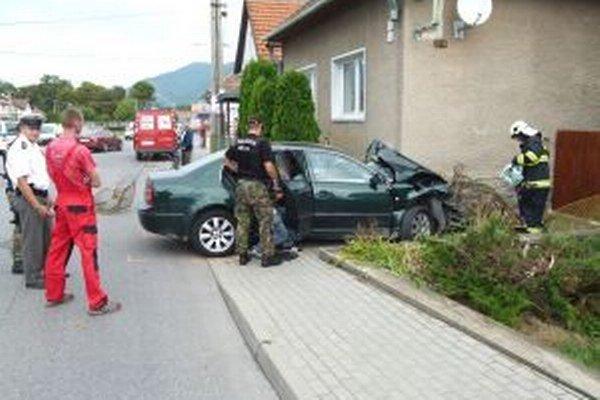 Len 16-ročný vodič policajtom aj tak neunikol, nezvládol jazdu a nabúral do plotu.