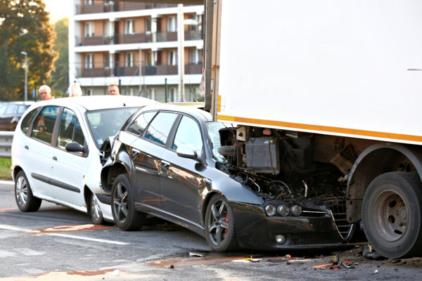 Nehoda vyzerala veľmi nepríjemne, zdravotní záchranári ošetrili troch zranených.