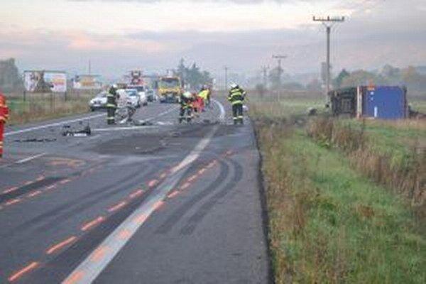 Pri čelnej zrážke zomrel mladý vodič a kamión sa prevrátil do priekopy.