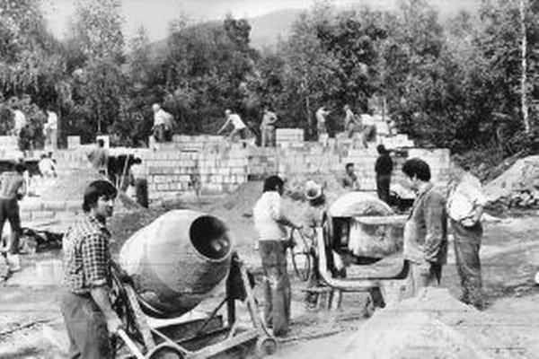Takto to pred štvrťstoročím vyzeralo počas výstavby pálenice v Turč. Kľačanoch.