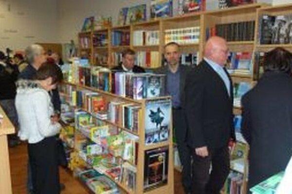 Z bohatej ponuky kníh si vyberá aj riaditeľ MS Marián Tkáč (vpravo).