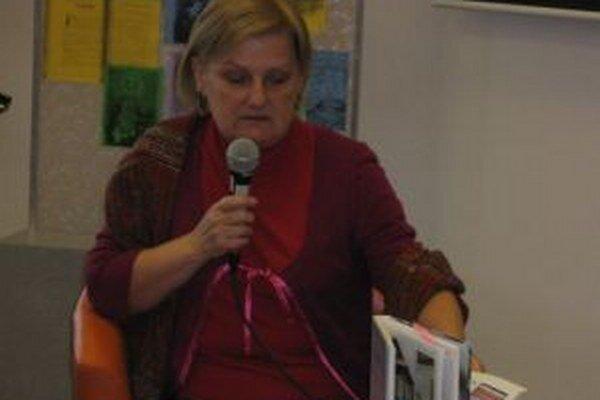 Zora Mintalová-Zubercová počas besedy v knižnici.