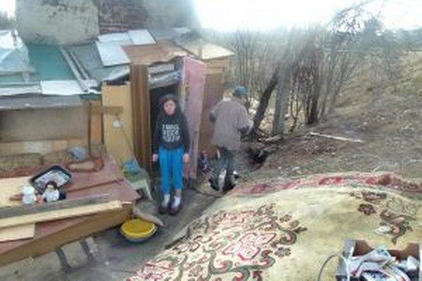 Aj takto sa býva. V chatrči našli útočište štyria bezdomovci.