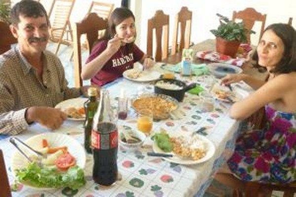 Petra (v strede) obeduje s náhradnou brazílskou rodinou.