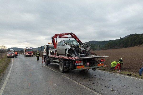Osobné auto ostalo po zrážke s autobusom totálne zdemolované.