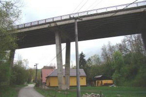 Strednú časť mostu Zlatné musia cestári vyrezať.
