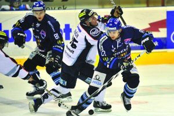 Útočník Michal Važan (s pukom) si v troch zápasoch pripísal na svoje konto päť gólov.