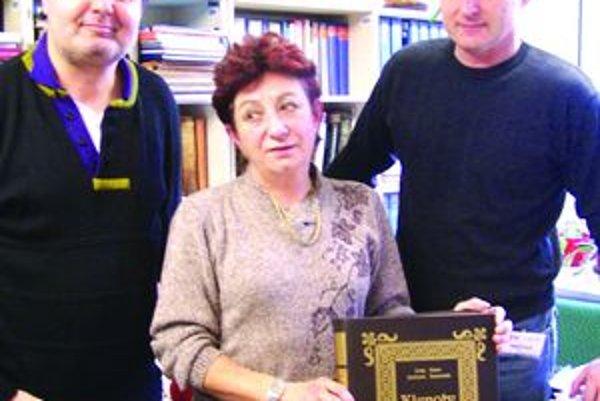 Ľ.Jankovič, K. Komorová a J. Kozák s Klenotmi knižnej kultúry.