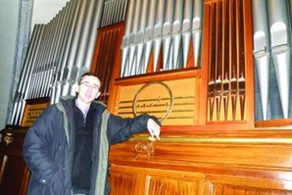 """Píšťaly už nehrajú. """"Organ je v havarijnom stave, potrebujeme nový,"""" tvrdí kňaz Róbert Krajčík."""