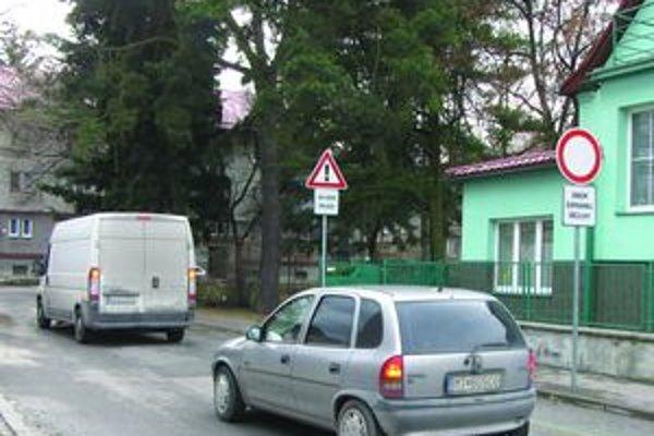 Cestu majú voľnú. Stĺp autám, ktoré cez štvrť prechádza, vo vstupe nebráni. Lenže ignorujú aj zákazovú značku...