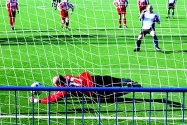 Rozhodujúci moment. Brankár T. Štiavničky si síce na loptu siahol, no Rohoňovmu gólu nakoniec nezabránil.