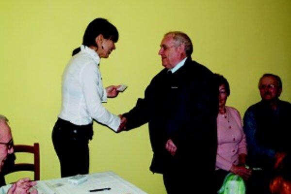 Súčasná starostka obce Zuzana Valocká odovzdáva preukaz Denného centra bývalému starostovi Jozefovi Fejovi.