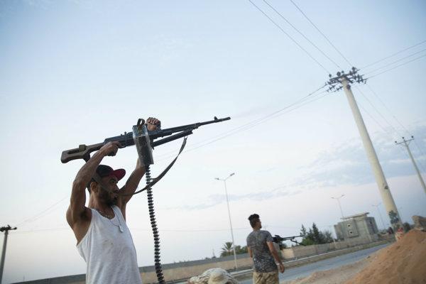 Boje v Tripolise vyháňajú z domovov stovky ľudí.