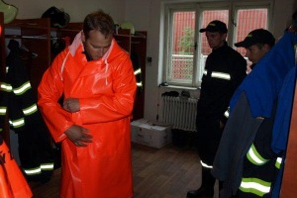 Nový pršiplášť. Martinskí mestskí hasiči sa tešia novému oblečeniu.