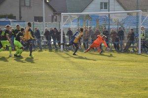 Bayo z D. Stredy (vpravo v žltom) dáva svoj tretí gól proti Beluši.