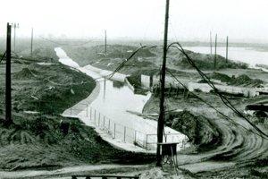 S vodným dielom sa vybudovalo aj nové koryto Pereca, ktorý je napájaný z Hrona.