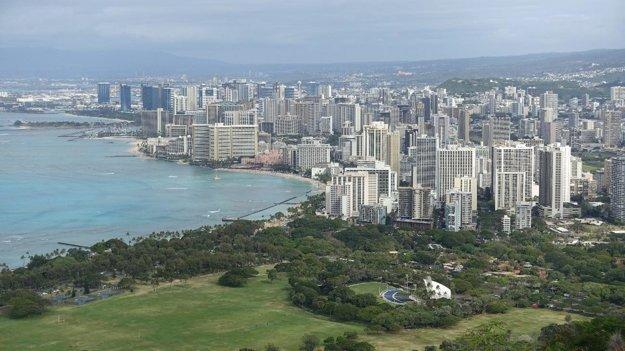 Pohľad na Honolulu z vyhasnutého krátera Diamond head (232 m). V popredí je pláž Waikiki.