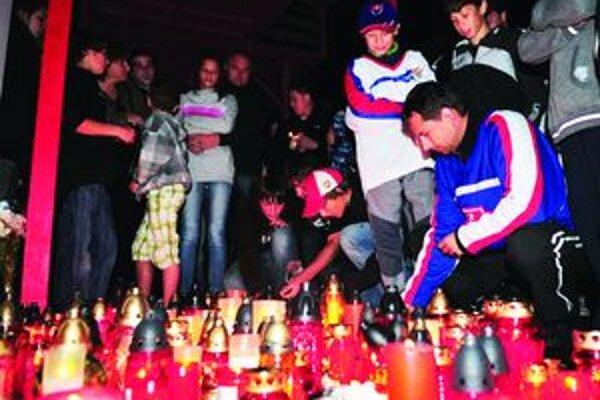 Pred Martinským hokejovýžm centrom sa zišlo vo štvrtok večer asi 300 ľudí. Prišli si uctiť pamiatku Pavla Demitru.