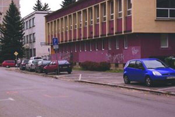 Parkovať na chodníku v platenej zóne sa od začiatku novembra už nemôže.