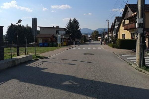 Bešeňová nie je jediná obec, kde majú problém s parkovaním áut na hlavnej ceste.