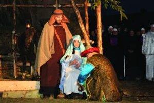 Živý betlehem. Príbeh malého Ježiška môžete vidieť naživo s hercami z farnosti a z Rado(sť)dajného divadla.
