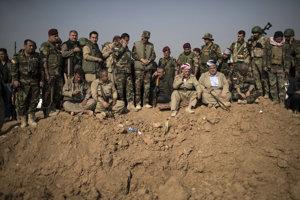Kurdskí bojovníci péšmarga sa pripravujú na ostreľovanie pozícií militantov Islamského štátu počas ofenzívy v meste Bašíka.