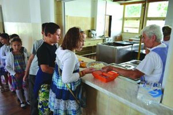 Školské jedálne. Riaditelia základných škôl uvažujú nielen o poplatkoch za potraviny, ale i na réžiu.