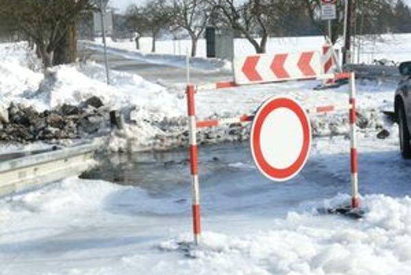 Odbočka z Kláštora do Slovian je uzavretá. Mostík, ktorý viedol cez potok sa musel zbúrať.