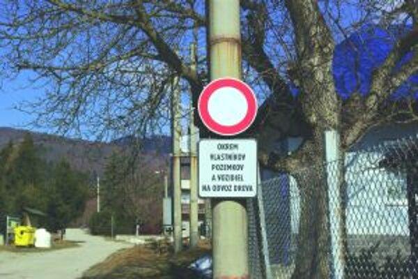 Pod Magurou si niektorí parkovali ako chceli, a tak tam museli osadiť zákazovú značku.