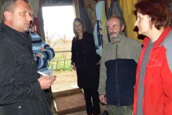 Primátor Andrej Hrnčiar navštívil minulý štvrtok rodinu Jarmily Jahnickej (vpravo) a Ľubomíra Dvorského (vedľa nej) a ponúkol im pomoc.