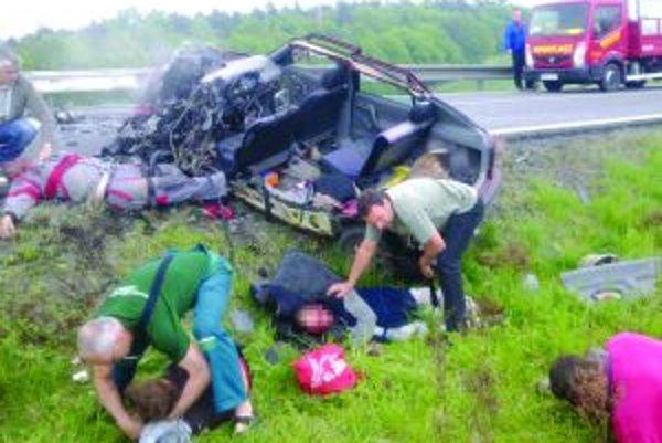 Krutý pohľadŠtyria pasažieri prežili nehodu s ťažkými zraneniami, vodič (vľavo hore) ju neprežil.