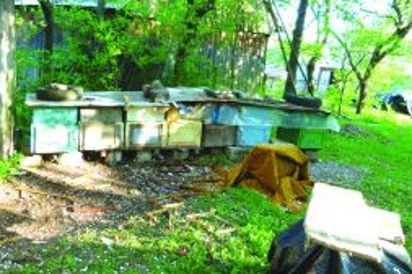 Zničené úle. Medvede v Polerieke takto škodia chalupárom neustále.