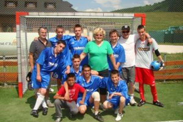 Riaditeľka domova s víťazným družstvom futbalistov.