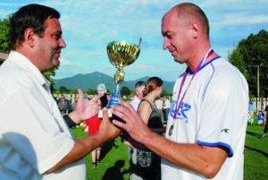 Prezident TFZ P. Kuteľ odovzdáva cennú trofej kapitánovi M. Čepčína Ľ. Hromadovi.