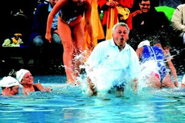 Tréner Marián Žucha oslávil úspech skokom do bazéna.