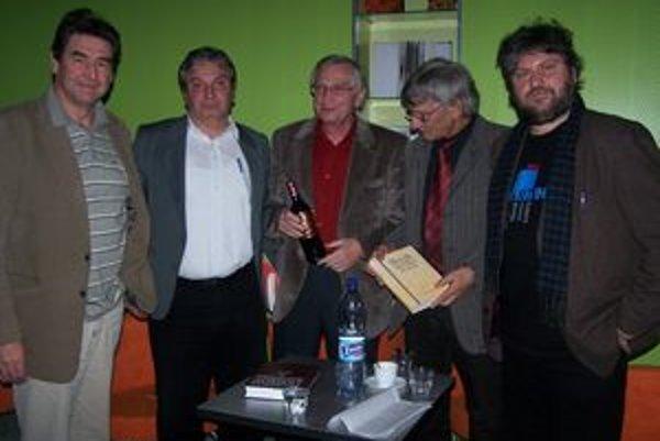 Tvorcovia slovníka spolu s generálnym riaditeľom SNK Dušanom Katuščákom a riaditeľom Literárneho informačného centra Alexandrom Halvoníkom krátko po vyjdení slovníka.