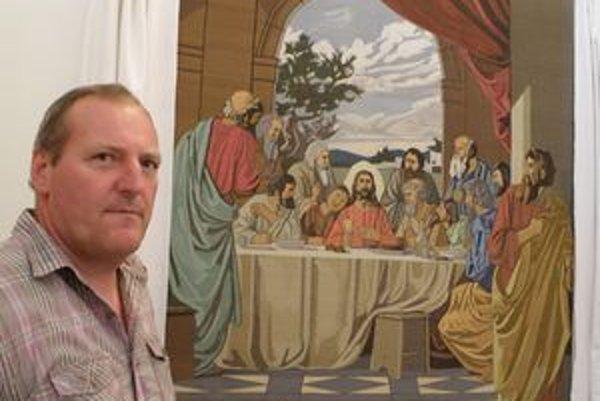 Peter Volna vyšíva tento obraz celkom sám striedavo oboma rukami vyše osem rokov a čaká na zápis do Guinessovej knihy rekordov.