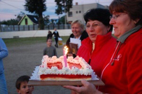 Sviečky na jubilejnej piatej torte sfúkli vicestarostky oboch družobných obcí Kvetka Nováková a Zdenka Maršalová.