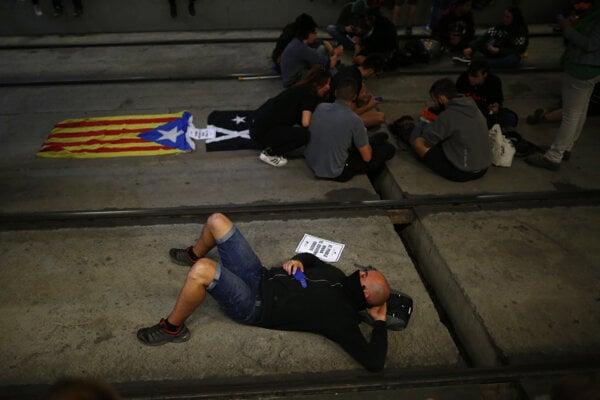 V meste Girona severne od Barcelony zablokovali stovky aktivistov vysokorýchlostné železničné trate.