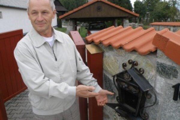 Schránky sú na martinskej Ulici Fornigovo prázdne niekoľko rokov. Poštárka tu totiž nechodí. Ľubomír Párička (na snímke) to rieši už niekoľko rokov.