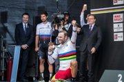 Alejandro Valverde sa raduje zo zlata, vzadu Peter Sagan.